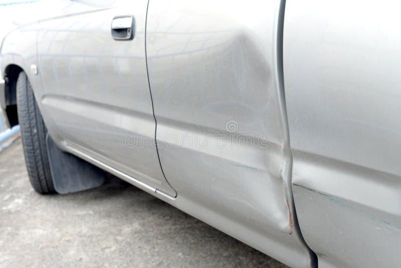 Auto mit Einbuchtung lizenzfreie stockbilder