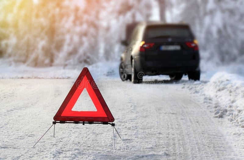 Auto mit einem Zusammenbruch im Winter lizenzfreie stockbilder