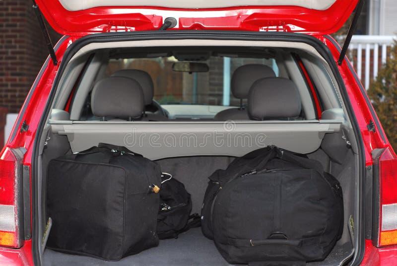 Auto mit Gepäck stockfotografie