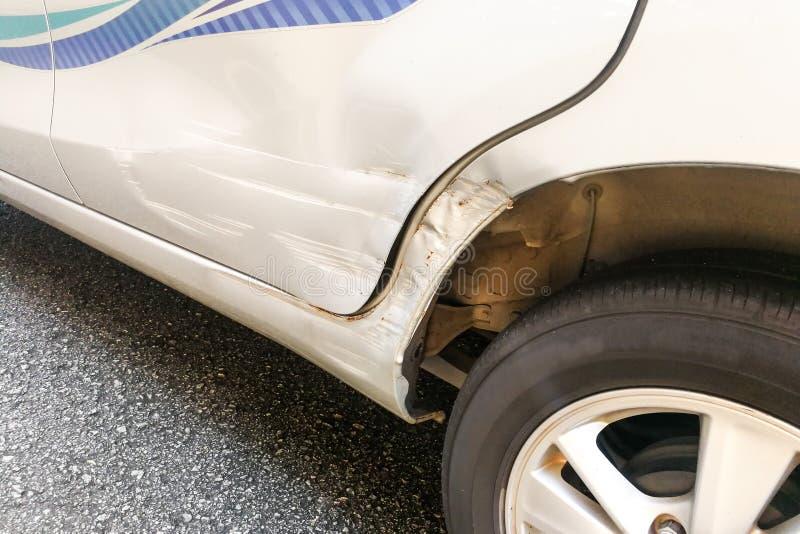 Auto mit geringer Einbuchtung und dem Kratzer wegen des Unfalles lizenzfreie stockbilder
