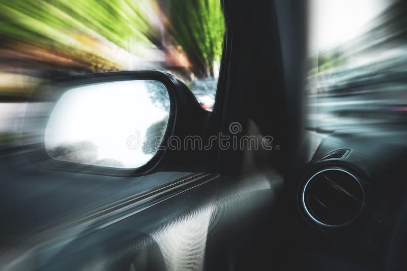 Auto in motie met onduidelijk beeldachtergrond stock foto