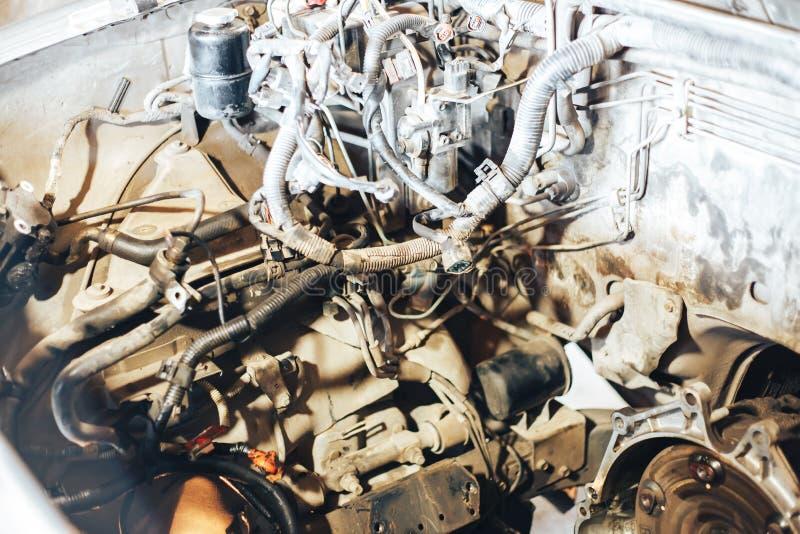 auto motor na garagem imagem de stock royalty free