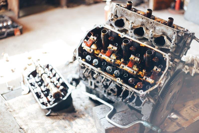 auto motor na garagem imagens de stock
