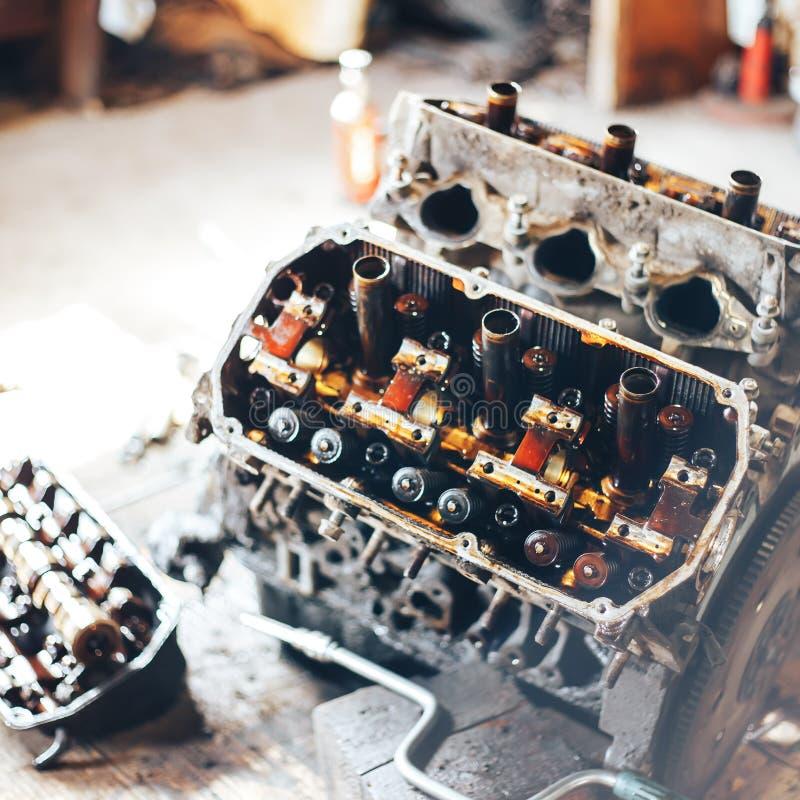 auto motor na garagem imagens de stock royalty free