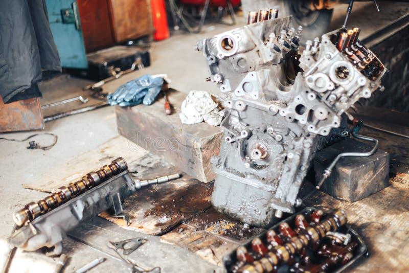 auto motor na garagem foto de stock royalty free