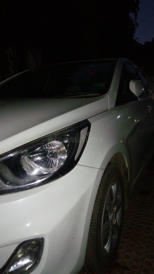 Auto nachts schauend ehrfürchtig lizenzfreies stockfoto
