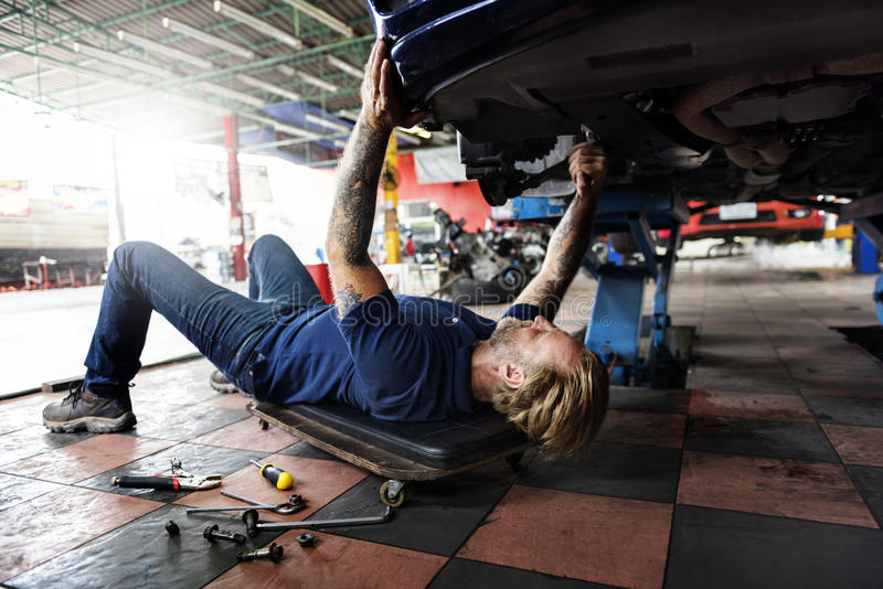 Auto naprawy hamulca zmiany techniki Parowozowy pojęcie zdjęcie stock
