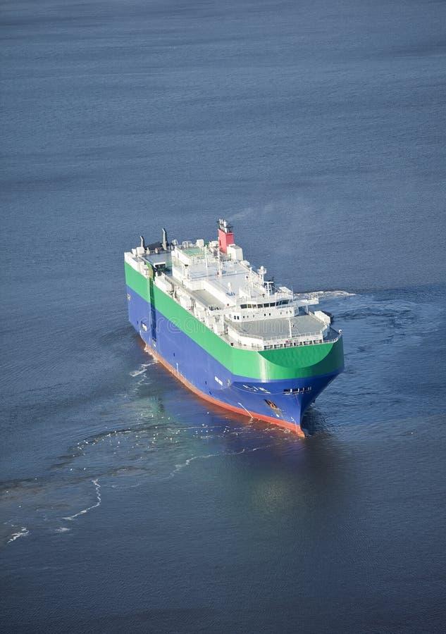 Auto navio do portador no mar imagens de stock