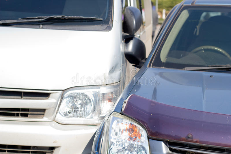 Auto olycka som gäller två bilar royaltyfri fotografi