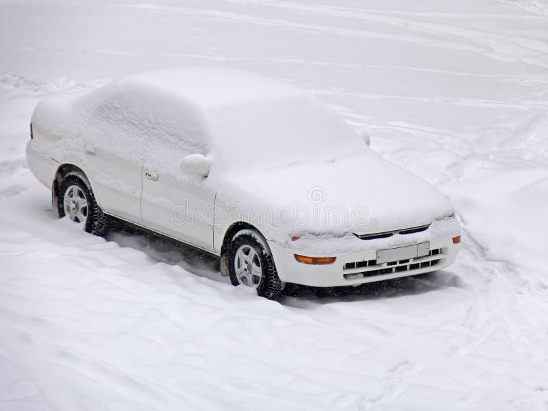 Auto onder de sneeuw stock foto
