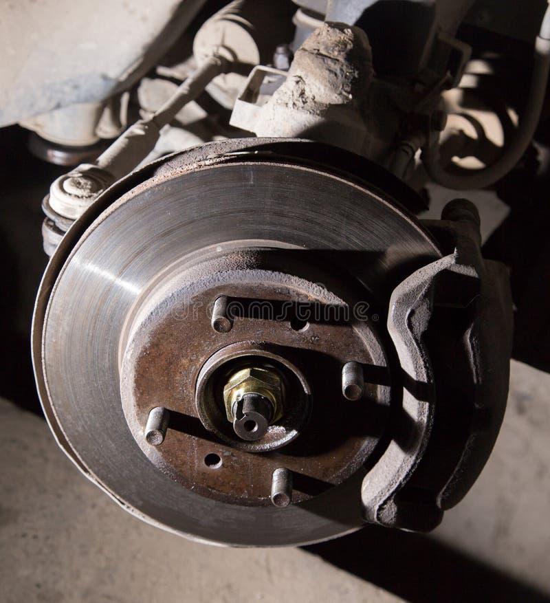 Auto onder reparatie op hijstoestel bij benzinestation royalty-vrije stock afbeelding