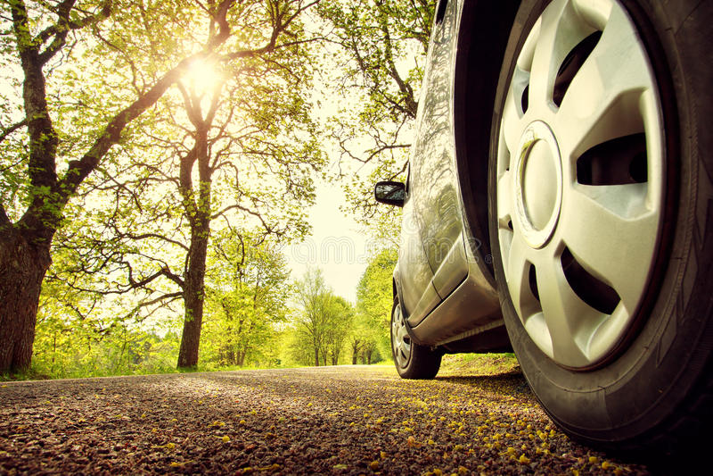 Auto op asfaltweg in de lente royalty-vrije stock foto's