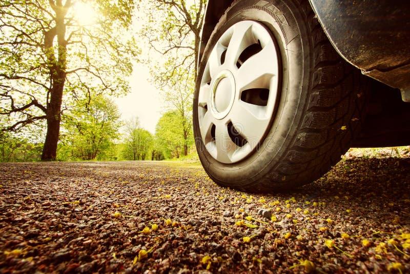 Auto op asfaltweg in de lente stock afbeelding
