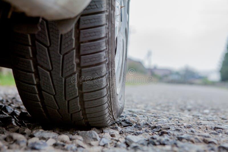 Auto op asfaltweg in de lenteochtend stock fotografie