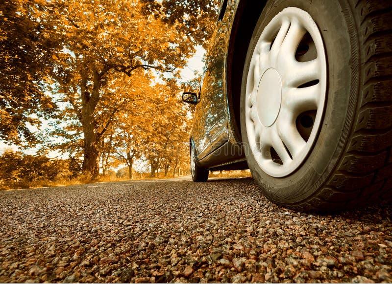 Auto op asfaltweg in de zomer royalty-vrije stock foto