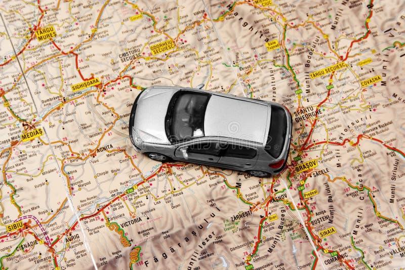 Auto op de kaart royalty-vrije stock afbeelding