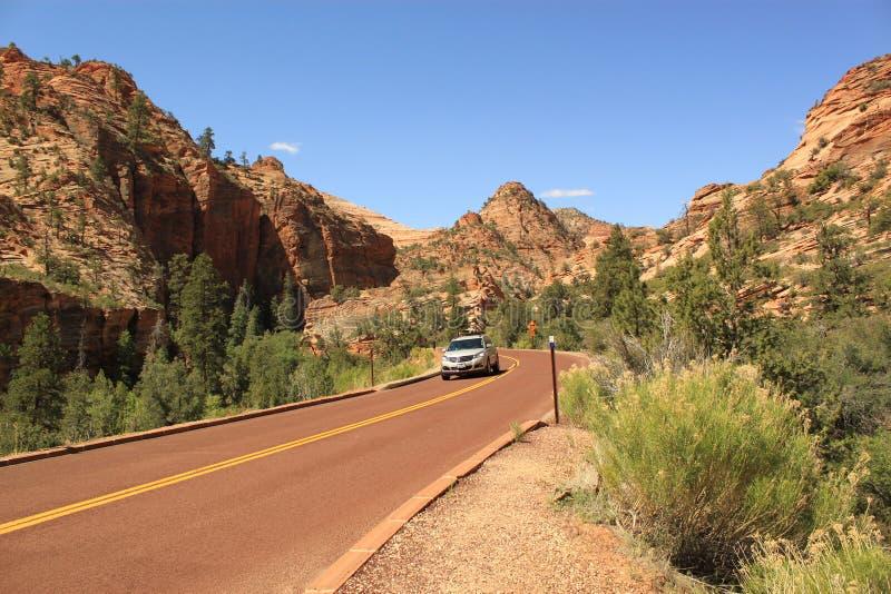 Auto op de toneelweg, Zion National Park, Utah, de V.S. stock afbeelding