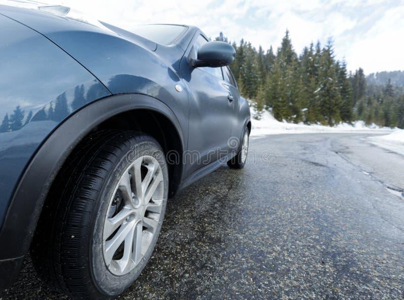 Auto op de weg stock fotografie