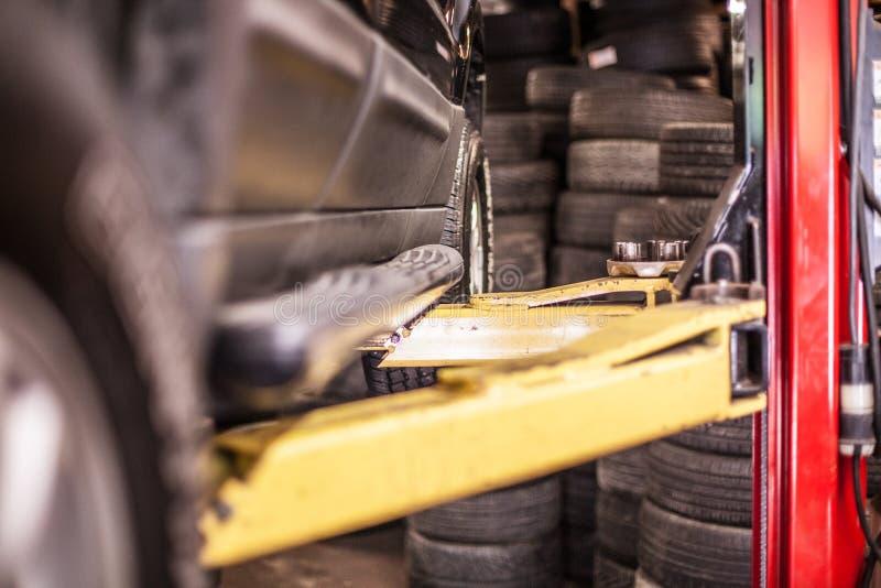 Auto op een Lift voor Reparaties stock afbeeldingen