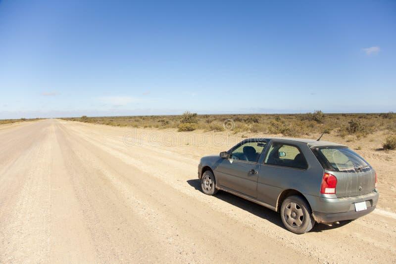 Auto op een open stoffige weg royalty-vrije stock afbeeldingen