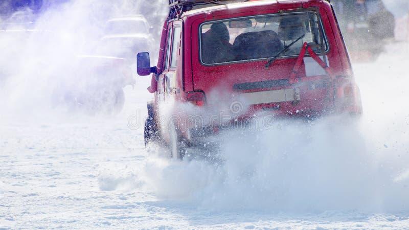 Auto op een sneeuwweg royalty-vrije stock fotografie