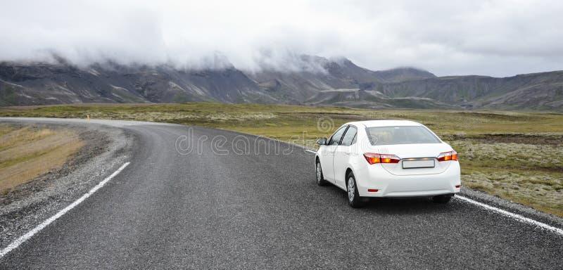 Auto op een weg in een platteland stock afbeeldingen