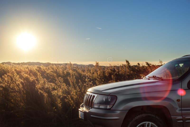 Auto op het gebied op zonsondergang royalty-vrije stock foto's