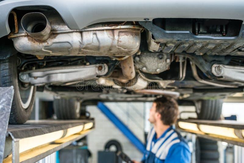 Auto op Hydraulische Lift met Mechanisch Working In Garage royalty-vrije stock fotografie