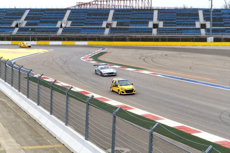 Auto op rasspoor De achtergrond van het Motorsportautorennen royalty-vrije stock afbeeldingen