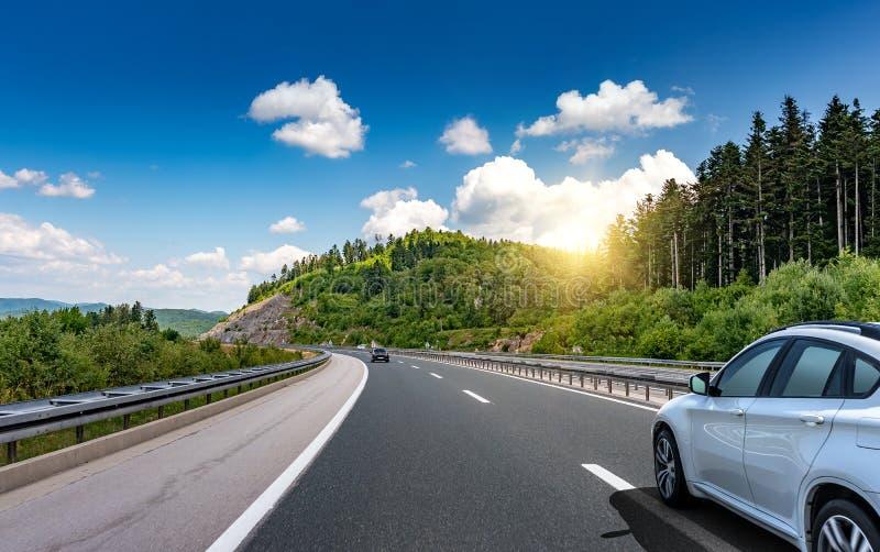 Auto passeios na estrada entre as montanhas pitorescas imagem de stock royalty free