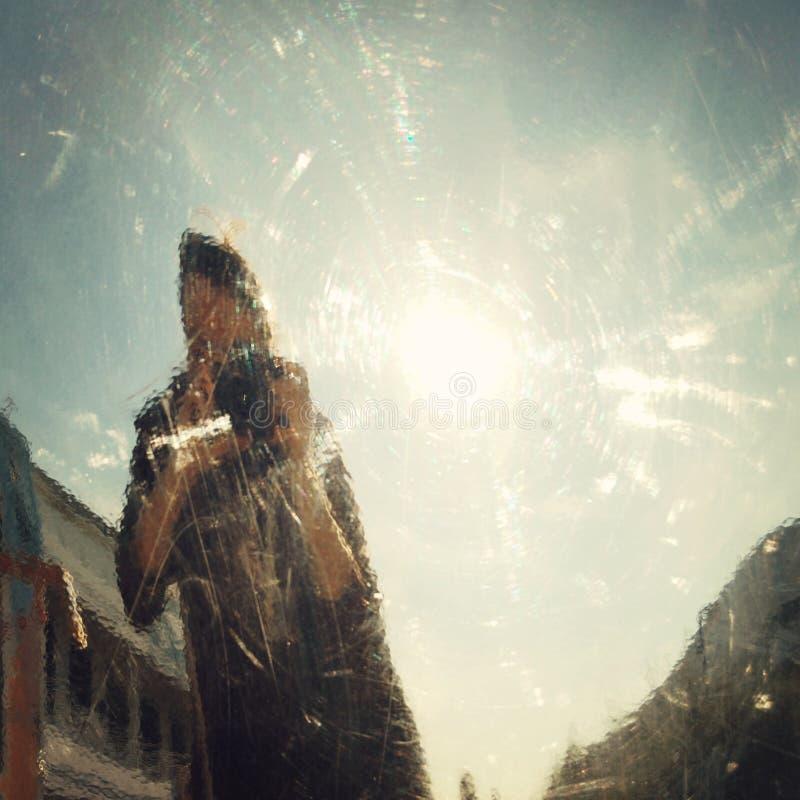 Auto-photo dans le miroir faux - effet de vintage images stock