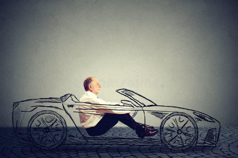 Auto que conduz o conceito da tecnologia Homem superior do perfil lateral dentro do carro autônomo fotos de stock royalty free