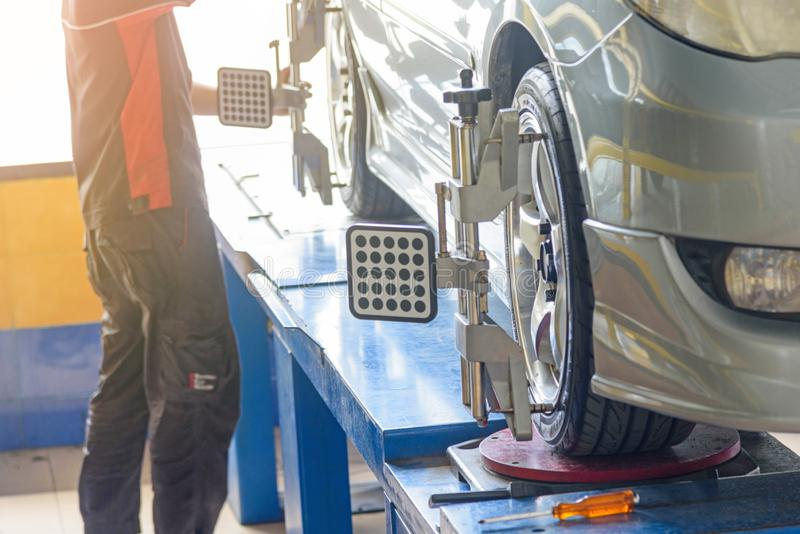 Auto-Rad-Ausrichtung in der Reifengarage stockfotos
