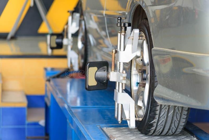 Auto-Rad-Ausrichtung in der Reifengarage lizenzfreies stockbild