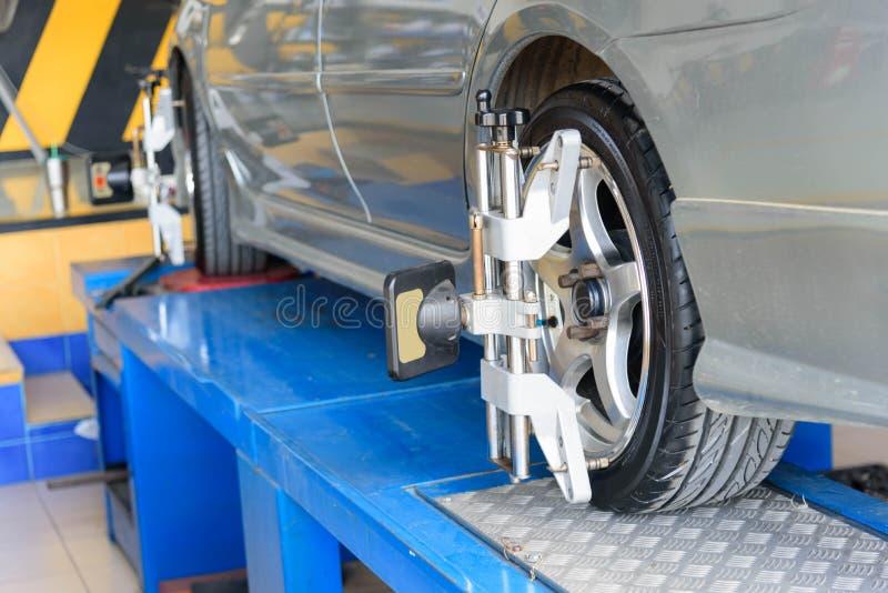 Auto-Rad-Ausrichtung in der Reifengarage stockbilder