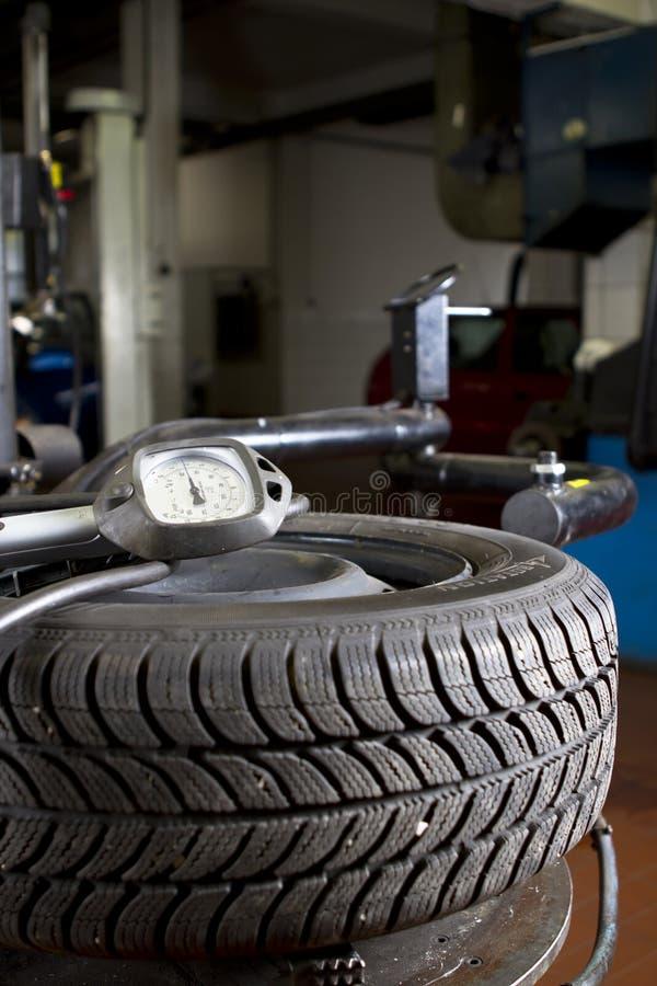 Auto-Reifen-Druck lizenzfreie stockfotografie