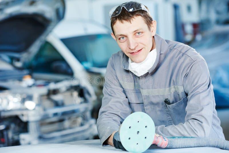 Auto repairman z szlifierską maszyną obrazy stock