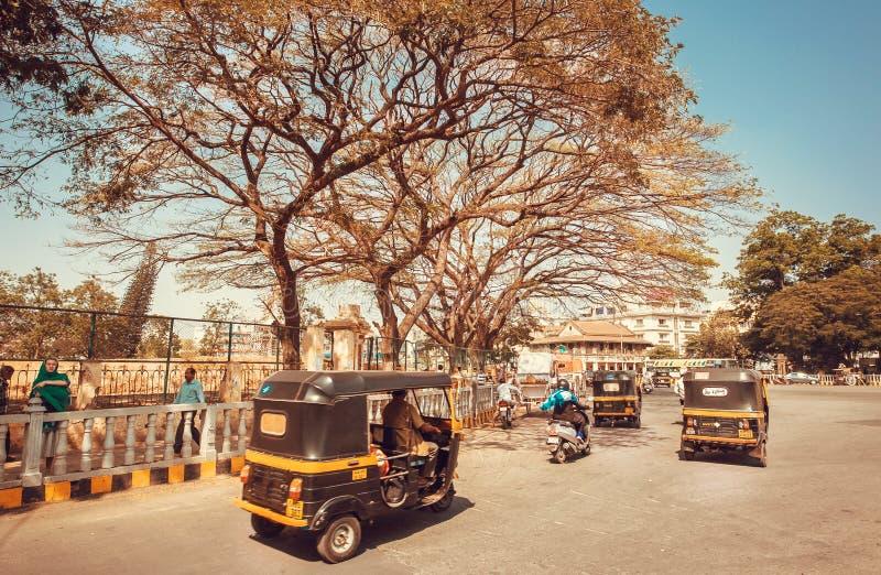 Auto rickshaw som kör på trafikgatan av den indiska staden royaltyfri fotografi