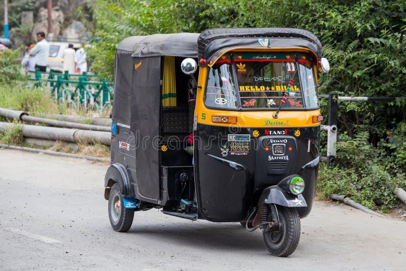 Auto rickshawtaxi på en väg i Srinagar, Kashmir, Indien royaltyfria foton