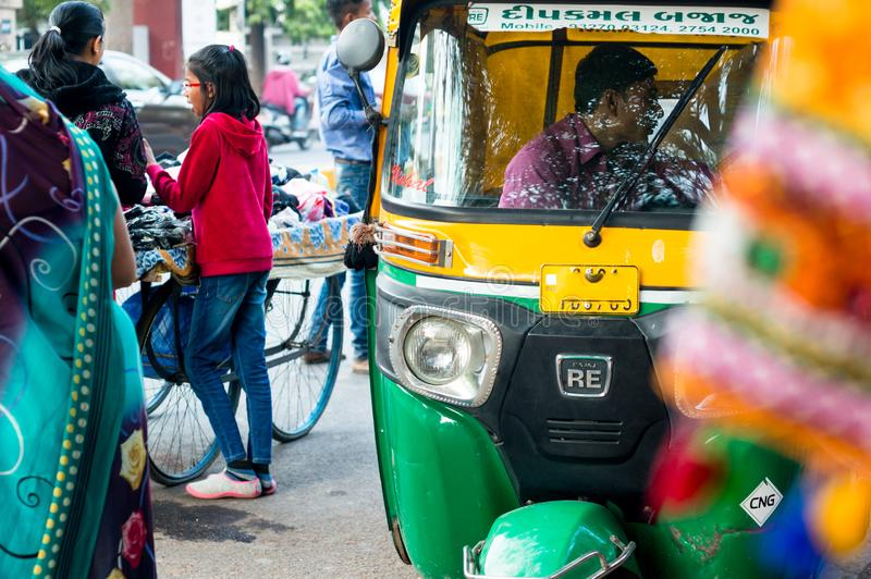 Auto riquexó verde e amarelo que para para passageiros em Ahmedabad gujarat fotografia de stock