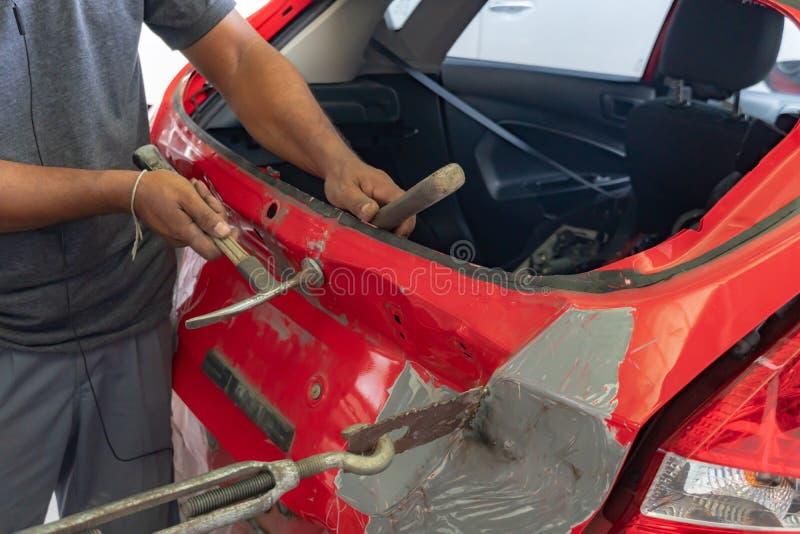 Auto série do reparo do corpo: Corpo de carro de fixação imagens de stock royalty free