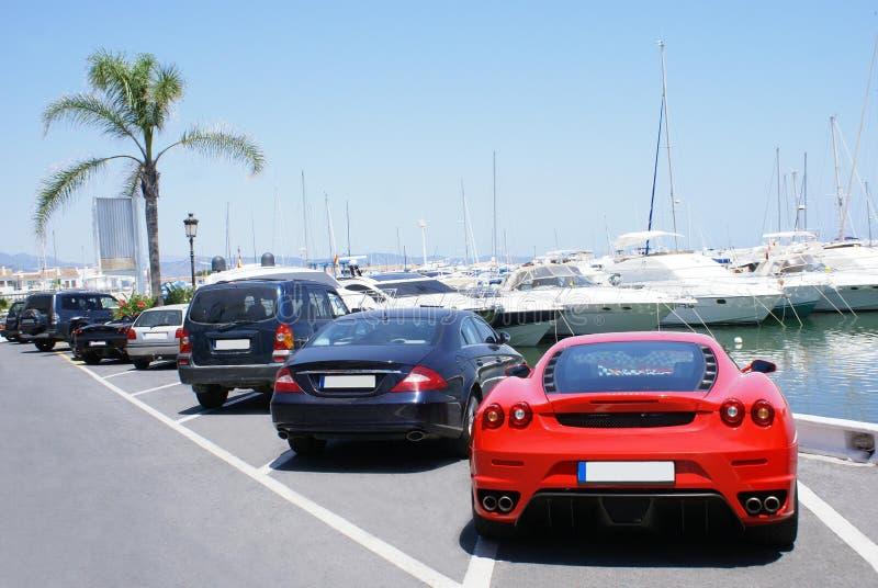 Auto's aan de kant van een jachthaven, Jachtclub, Spanje worden geparkeerd dat stock foto