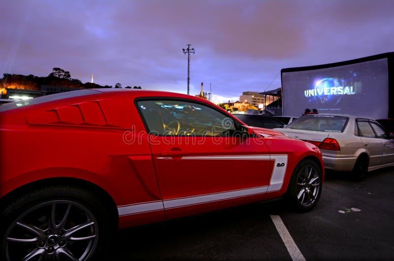 Auto's in aandrijving-in theater royalty-vrije stock afbeeldingen
