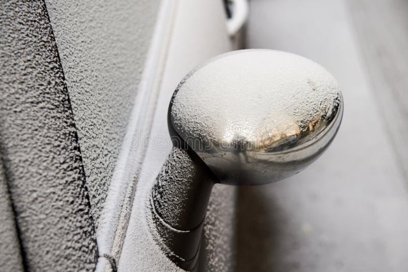 Auto` s achteruitkijkspiegel met sneeuw stock afbeelding