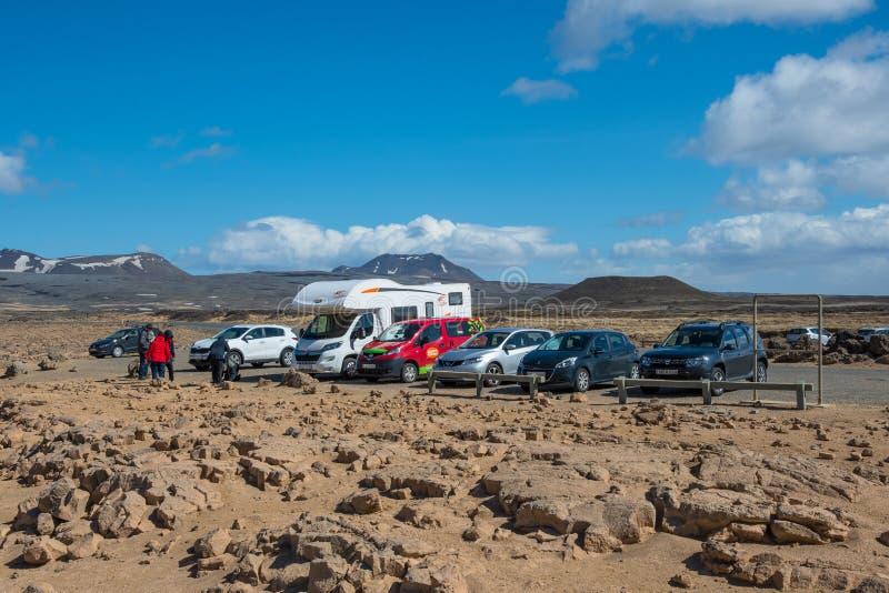 Auto's bij het geothermische gebied Hverir worden geparkeerd die stock foto's
