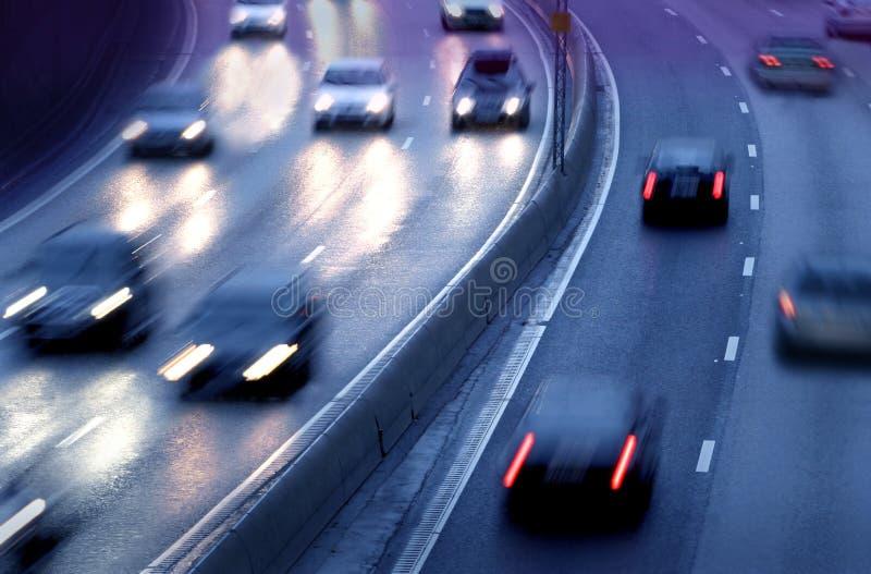 Auto's bij nacht stock afbeeldingen