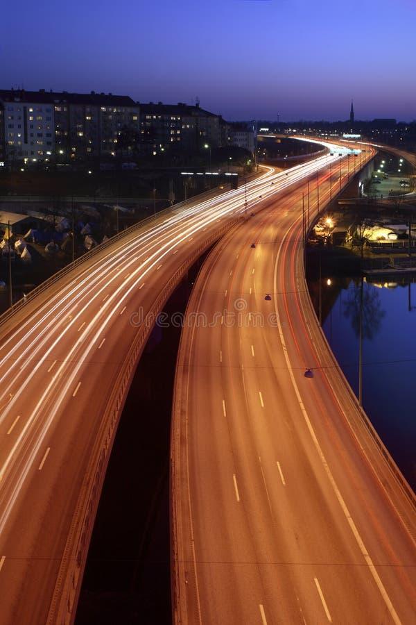 Auto's bij nacht stock foto