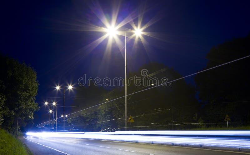 Auto's bij nacht stock afbeelding