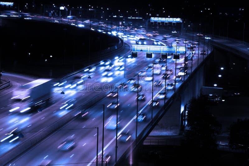 Auto's bij nacht met motieonduidelijk beeld royalty-vrije stock foto