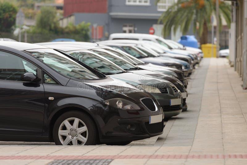 Auto's in de straat op een rij worden geparkeerd die royalty-vrije stock foto's